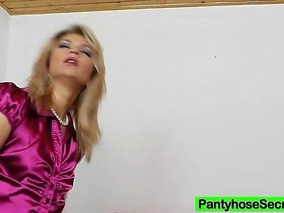 Sophia Magic hump in nylons